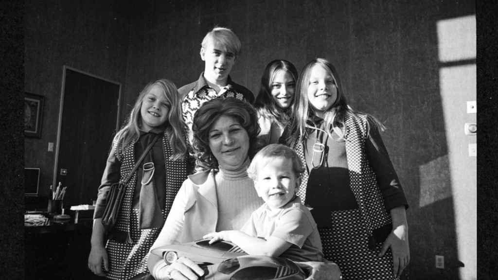 Liz Carmichael junto a sus hijos en 'The Lady and The Dale'.