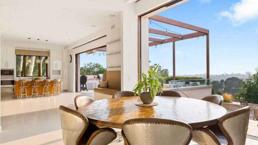 Image of the dining room, overlooking the terrace, of the Malibu house that they have for sale.