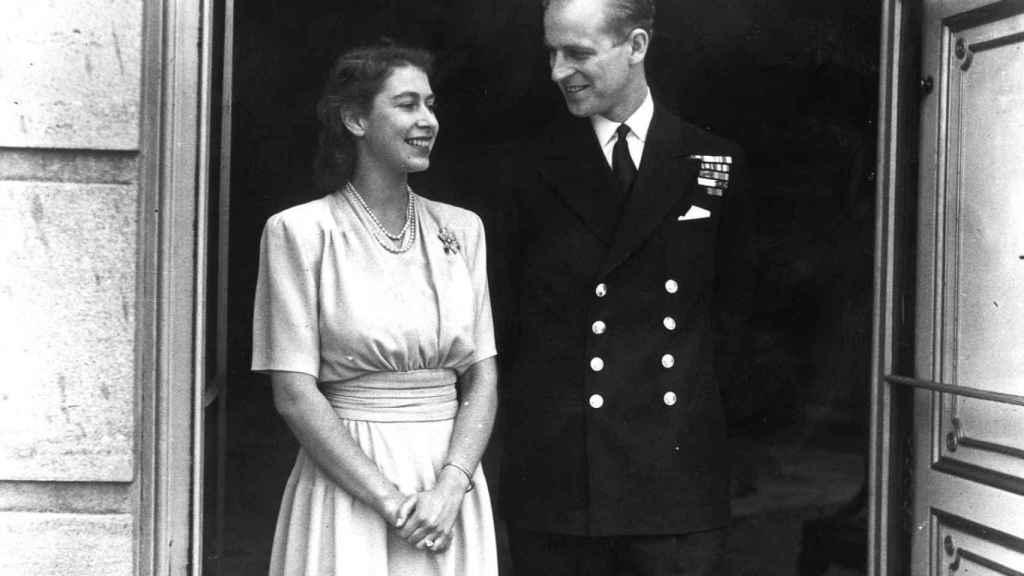 Retrato oficial de los príncipes Felipe e Isabel el día que anunciaron compromiso. Julio de 1947.