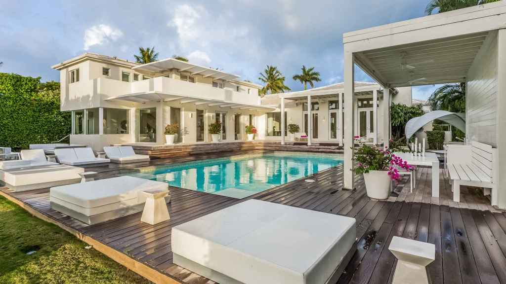 Image of the pool of Shakira's 'cursed house' in Miami.