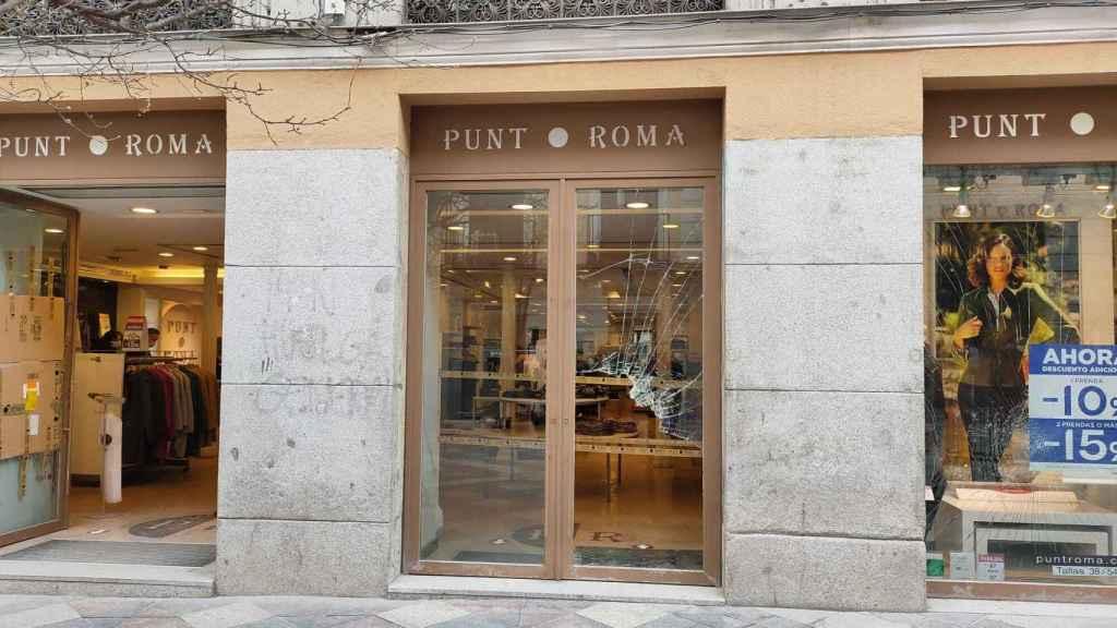 La tienda Punto Roma de la calle Arenal, destrozada tras la manifestación.