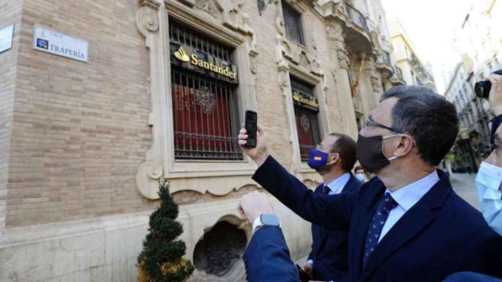 Las autoridades murcianas prueban las nuevas placas inteligentes.
