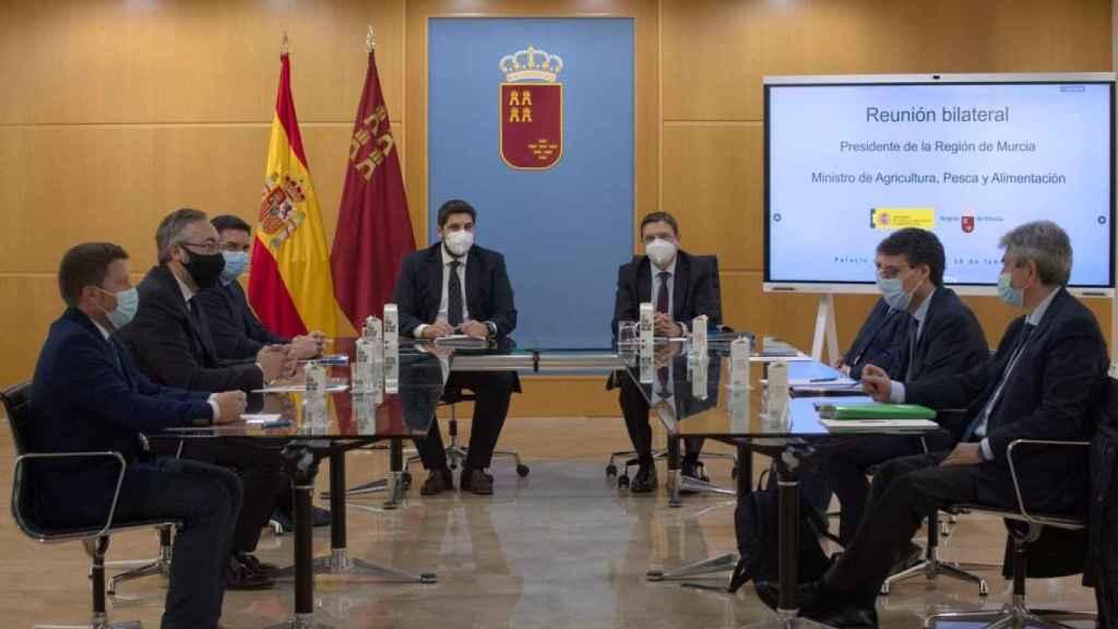 Inicio de la reunión entre miembros del Gobierno regional y el Ministerio.
