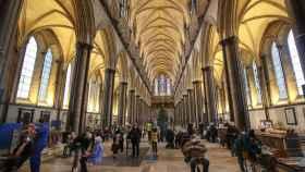 Personas recibiendo las dosis de  Pfizer-BioNTech contra la Covid-19 en la Catedral de Salisbury.