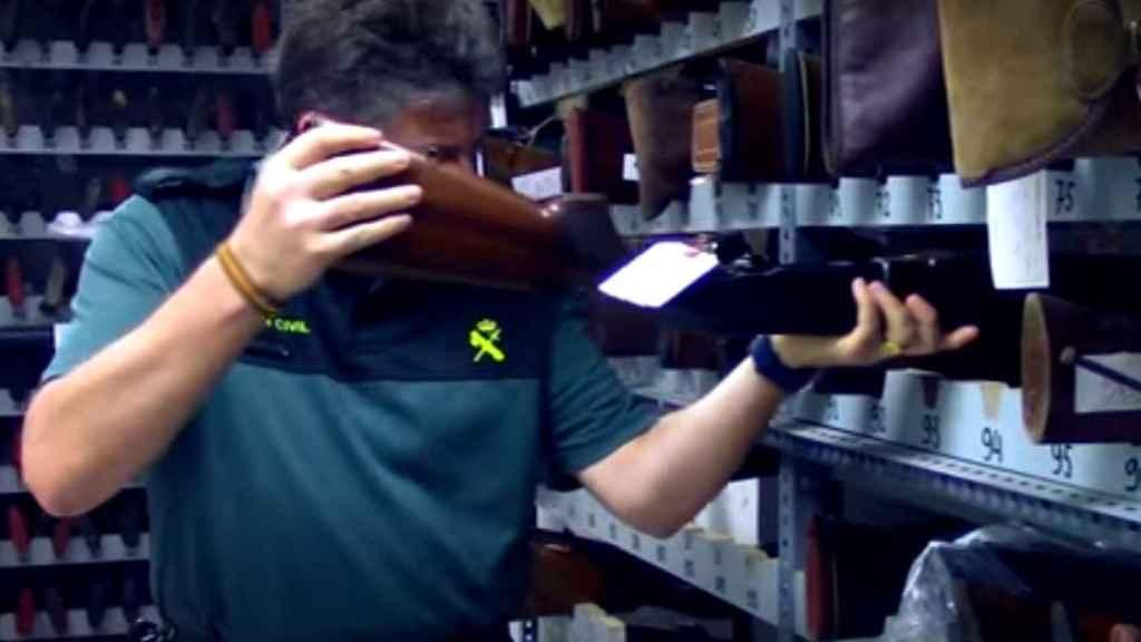 Un agente metiendo un escopeta en la Intervención de Armas de Huelva.