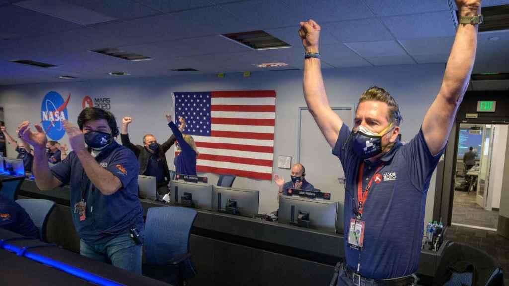 Técnicos de la NASA celebrando la llegada del Perseverance
