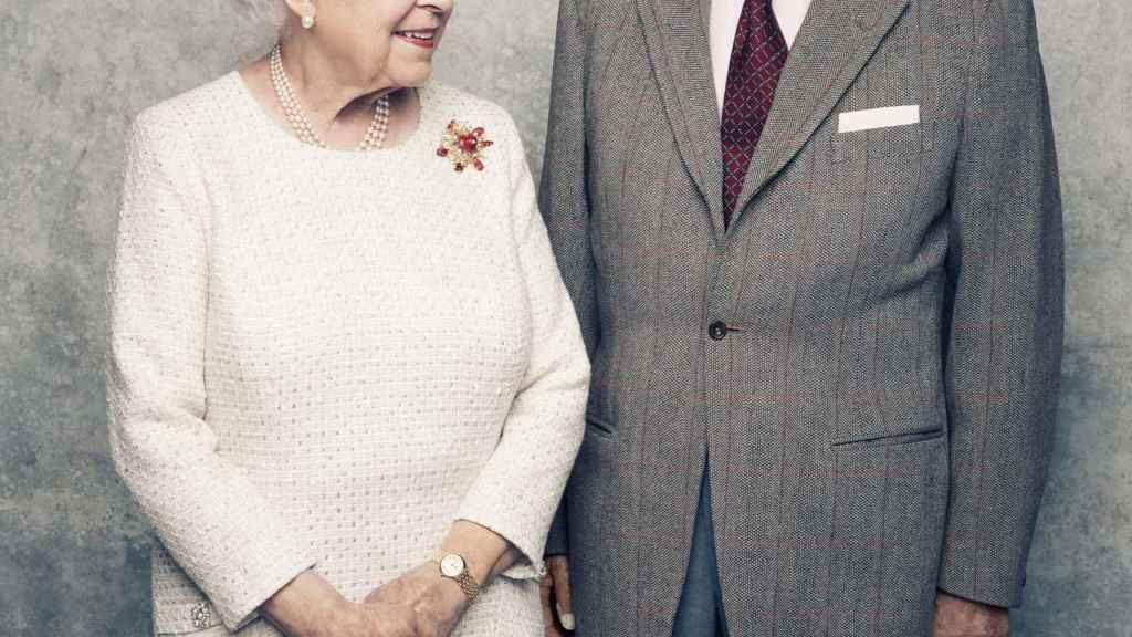 El duque de Edimburgo junto a la reina Isabel II en su 70 aniversario como marido y mujer.