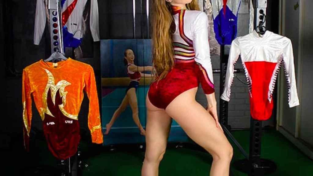 Verona Van de Leur posa junto algunos trajes de competición