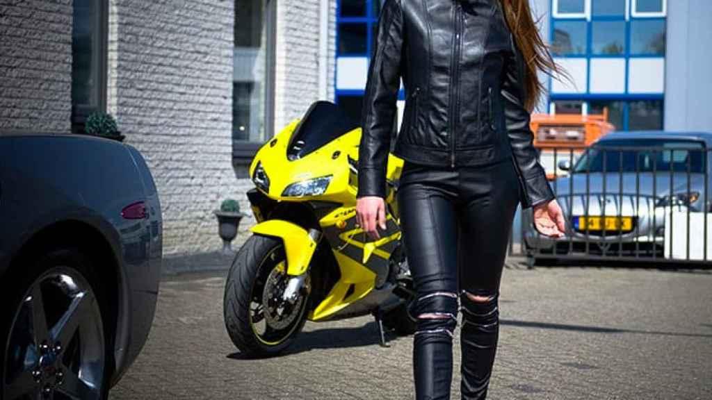 Van de Leur, junto a un deportivo y una moto de lujo