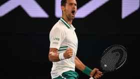 Djokovic celebra su victoria ante Karatsev