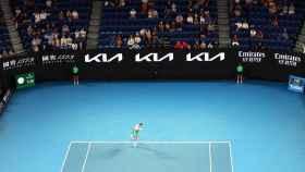 Novak Djokovic realiza un saque ante el público en el Open de Australia