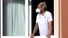El jugador del Fuenlabrada Chico Flores -actualmente retirado- asomado a una ventana del hotel Finisterre, donde se confinó a la plantilla.