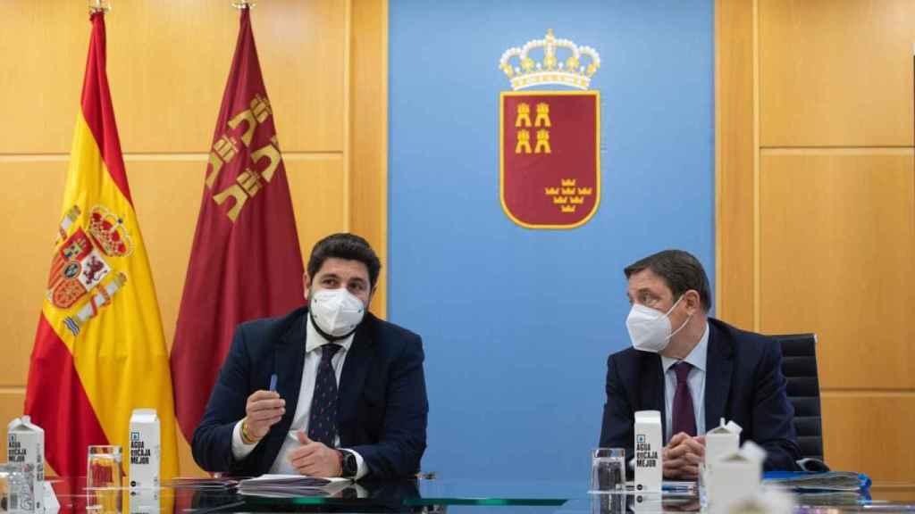 El presidente de Murcia, Fernando López Miras, junto al ministro de Agricultura, Luis Planas.