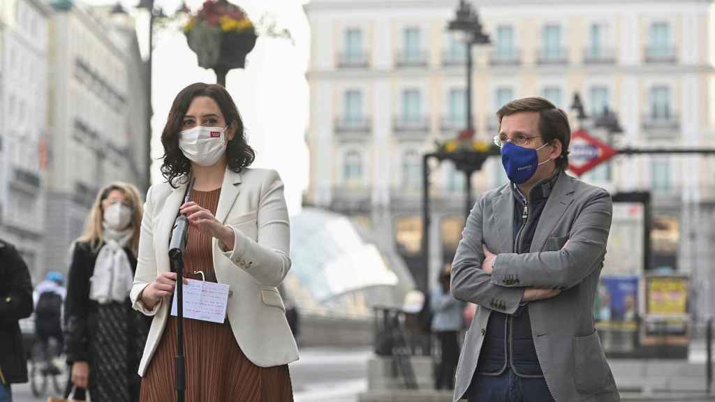 Isabel Díaz Ayuso y José Luis Martínez-Almeida comparecen ante los medios en la Puerta del Sol.