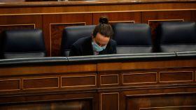 Pablo Iglesias, solo en el Congreso, sentado en el banco azul del Gobierno.