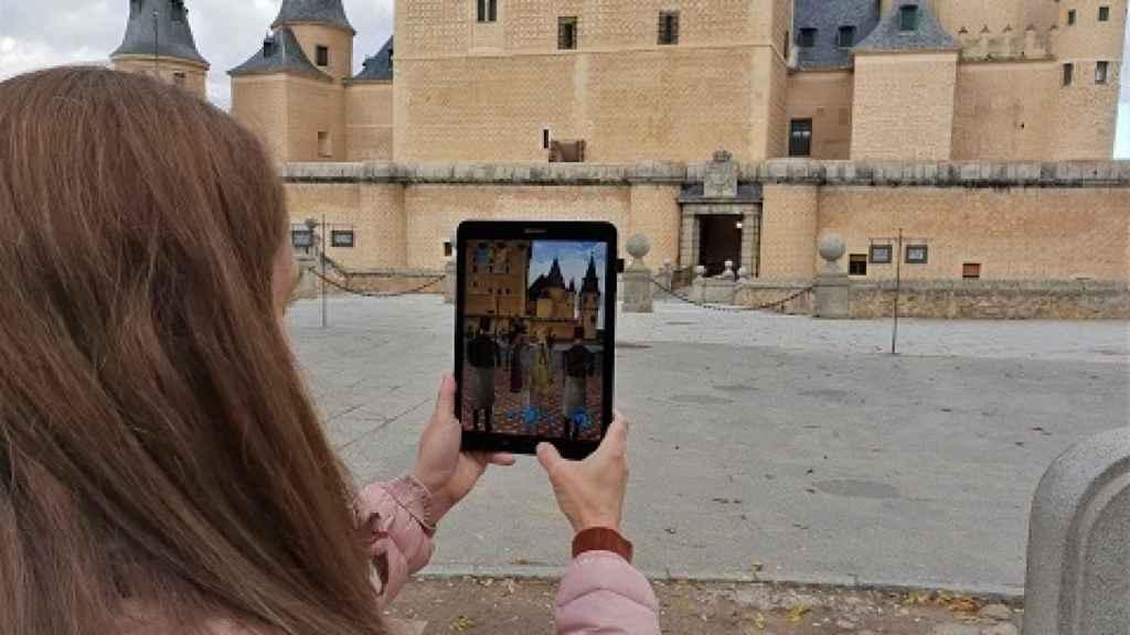 Una turista, con una aplicación de realidad aumentada de Telefónica para Segovia. FOTO: Telefónica.