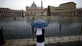Una monja mirando la Plaza de San Pedro, en el Vaticano.