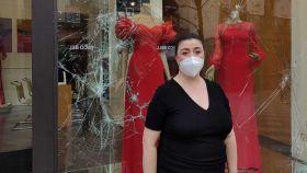 Maria José, encargada de la tienda Pronovias de la calle Arenal, con el escaparate roto.