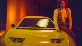 Elizabeth Carmichael junto al coche The Dale.