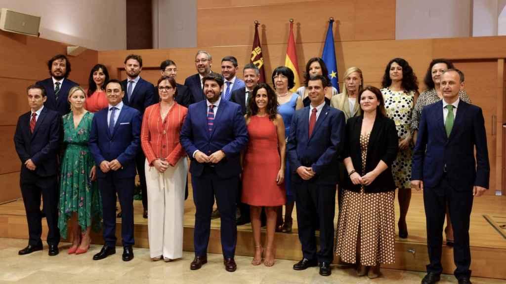 El presidente regional, Fernando López Miras (c), junto a los miembros del Gobierno regional.