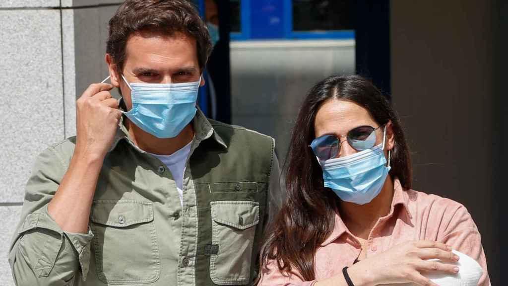 Albert y Malú el día que presentaron a su hija Lucía ante los medios a la salida del hospital.