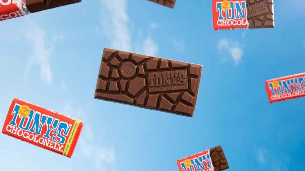 Las onzas de diferente tamaño de sus tabletas son una  manera de recordar que las ganancias en la industria del chocolate están divididas injustamente.