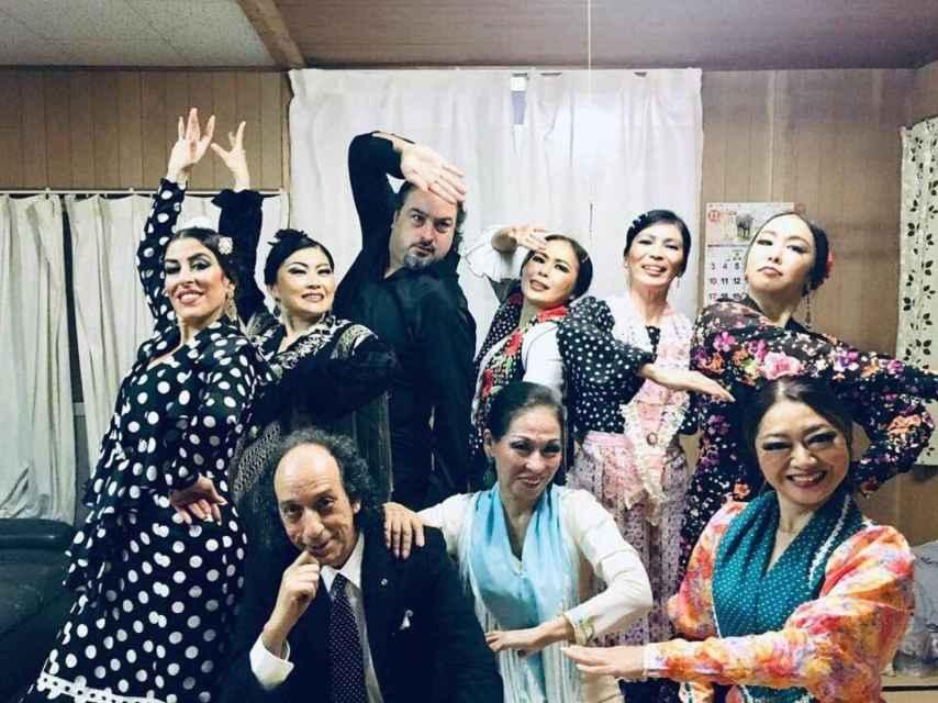 El guitarrista Emilio Maya, uno de los últimos en instalarse en Japón, con sus compañeros de actuación en Tokyo.