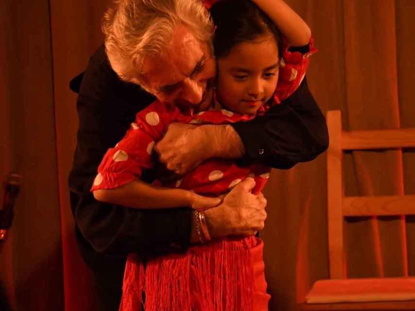 El cantaor Enrique Heredia, que vive en Japón desde hace 50 años, con su nieta.