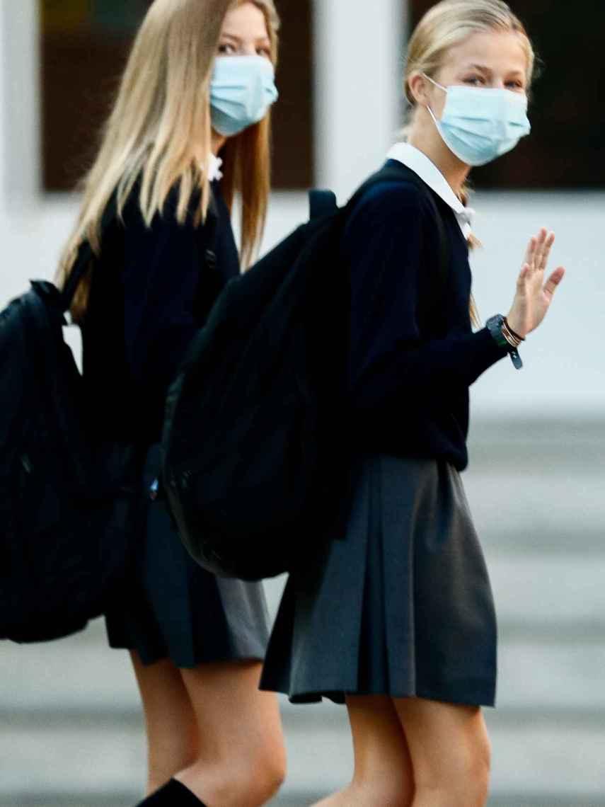 La princesa Leonor y la infanta Sofía con sus uniformes del colegio.
