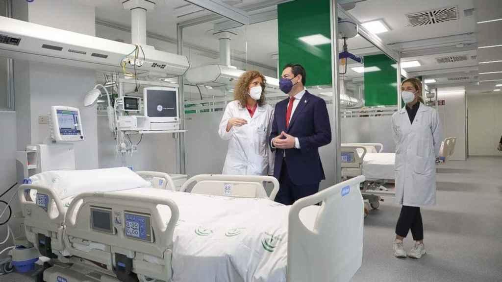 El presidente de la Junta de Andalucía, Juanma Moreno, en el Hospital Militar de Sevilla.