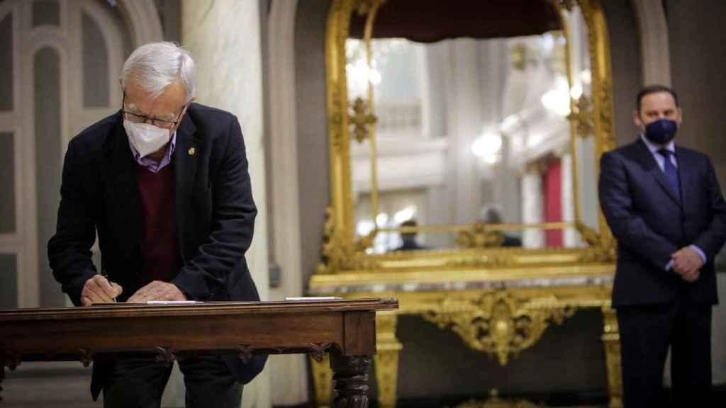 El alcalde de Valencia, Joan Ribó, en un acto de este viernes junto al ministro de Transportes, José Luis Ábalos. EE