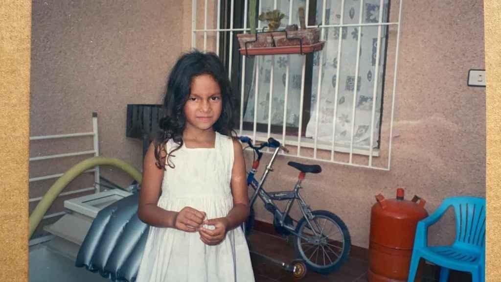 Alana, de niña, en su barrio de Mazarrón.