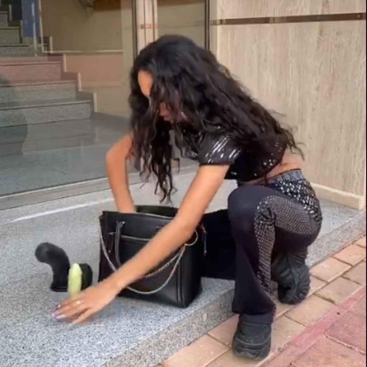 'La hija del jeque' sacando consoladores en uno de sus vídeos sobre el 'bicho'.
