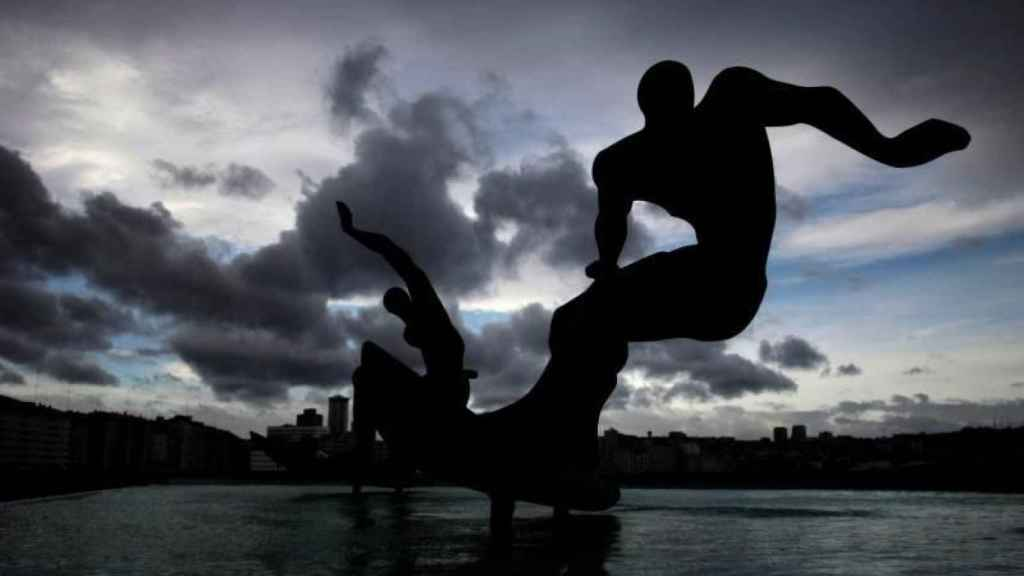 La escultura de los surfistas de A Coruña, este viernes.
