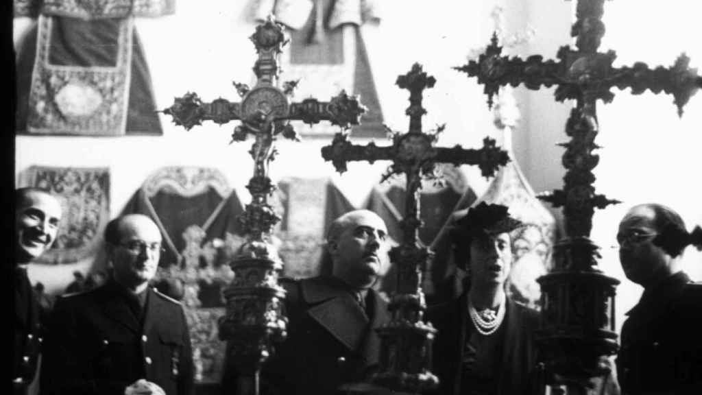 Francisco Franco y Carmen Polo visitando la exposición 'Orfebrería y ropas de culto' en el Museo Arqueológico de Madrid en 1941.