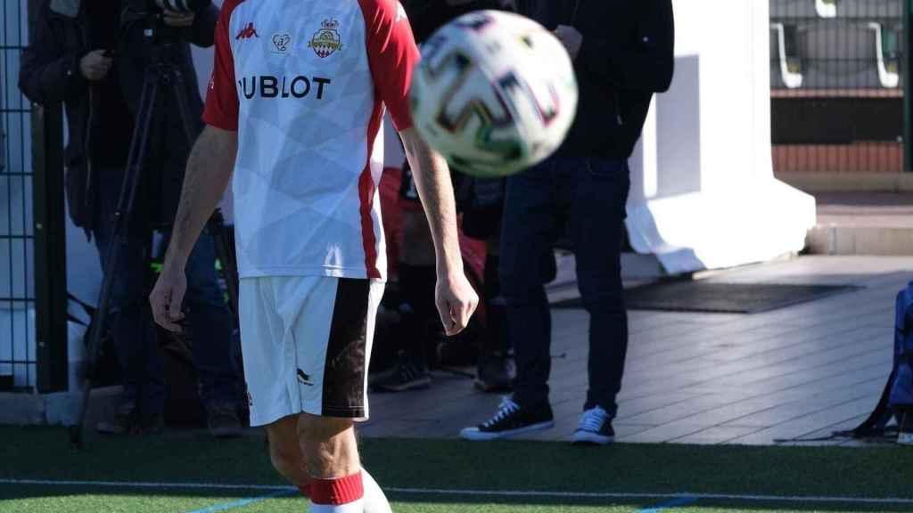 Gregoire Akcelrod jugando al fútbol