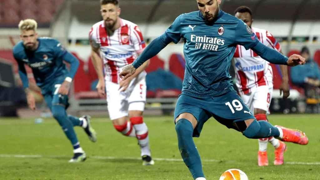 Theo Hernández marca de penalti contra el Estrella Roja en la Europa League