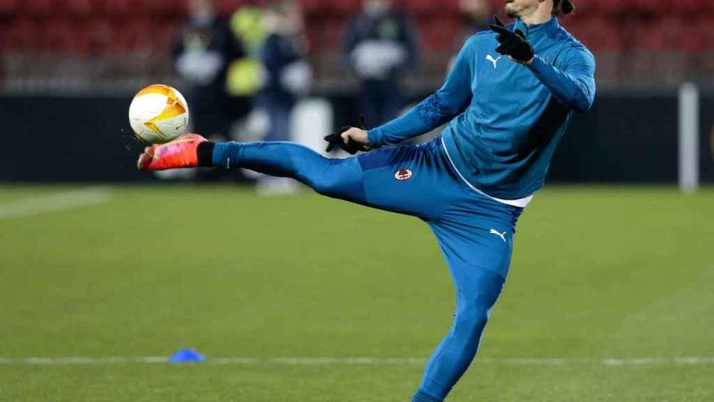 Ibrahimovic en el calentamiento previo del partido frente al Estrella Roja