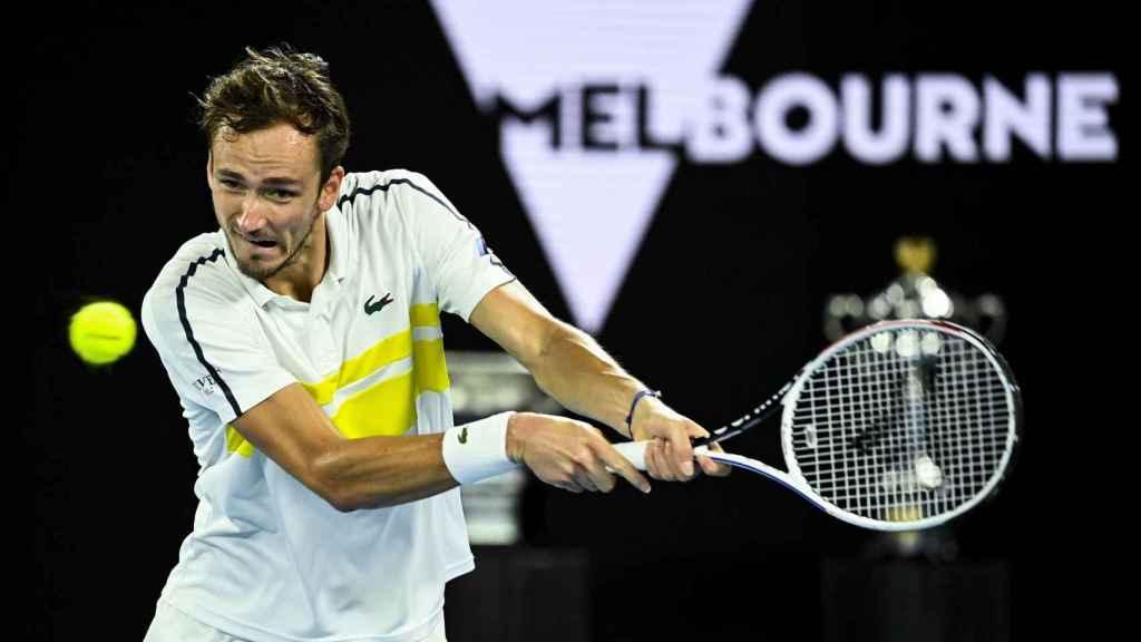 Medvedev ejecuta un golpe en el Open de Australia ante Tsitsipas