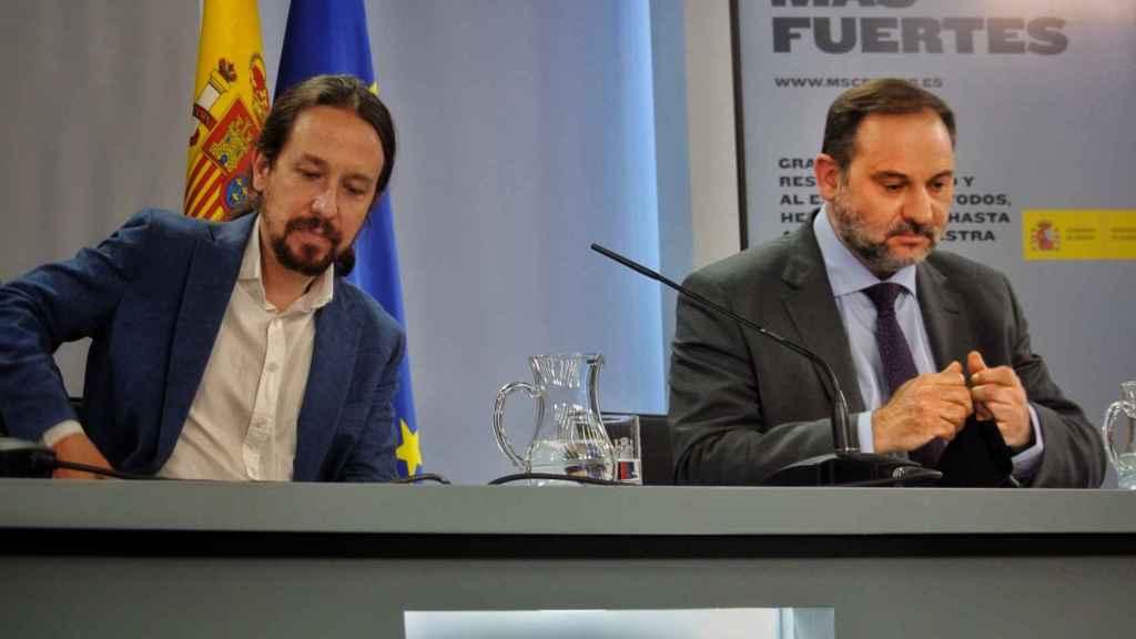 José Luis Ábalos, junto a Pablo Iglesias, en la mesa de la sala de prensa de Moncloa.
