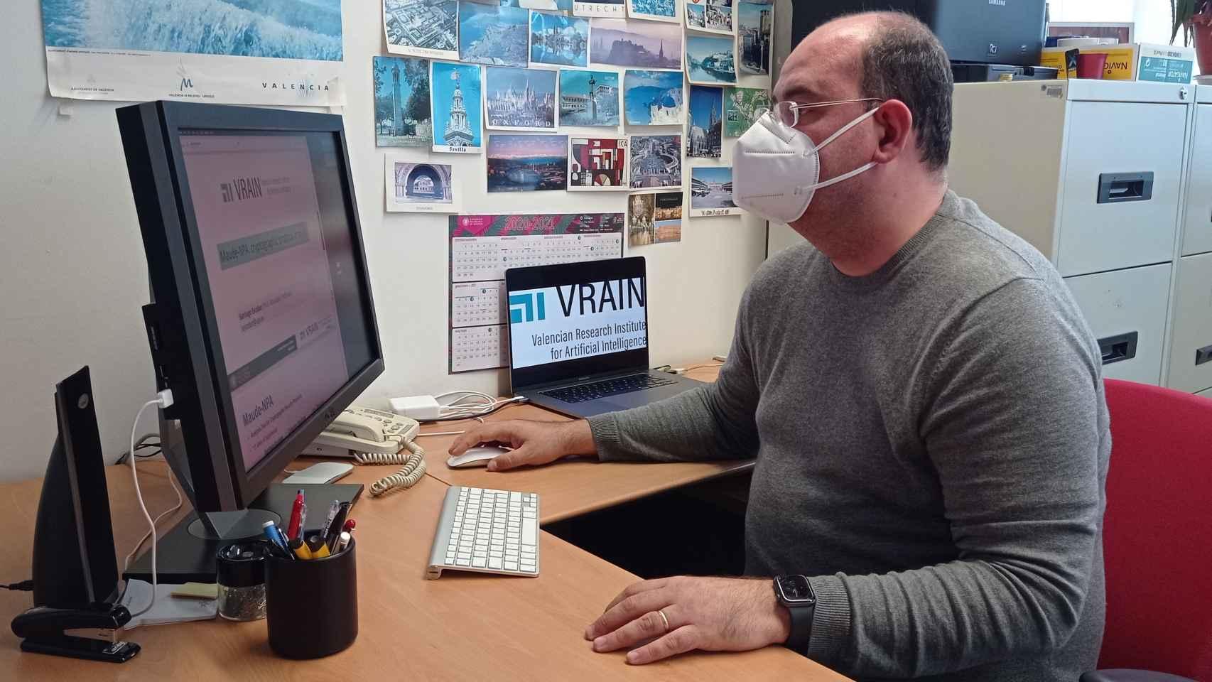 Santiago Escobar, en su despacho del Instituto VRAIN de la Universitat Politècnica de València.