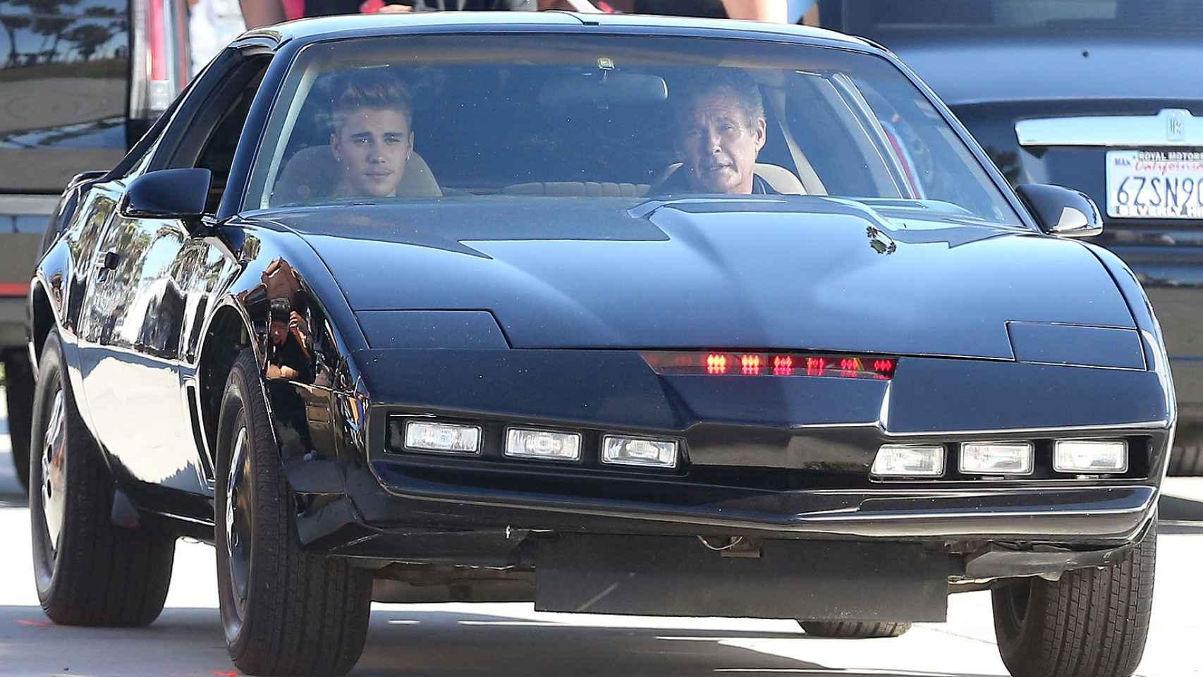 David Hasselhoff  al volante de KITT, el coche fantástico.