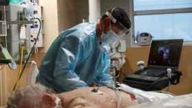 Un sanitario trata a un enfermo de Covid en la UCI de un hospital de Florida.