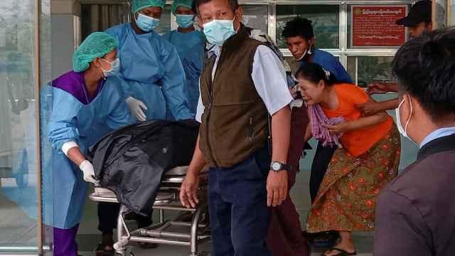 Mya Thwe Thwe Khine, trasladada al hospital tras recibir un disparo en una de las manifestaciones.