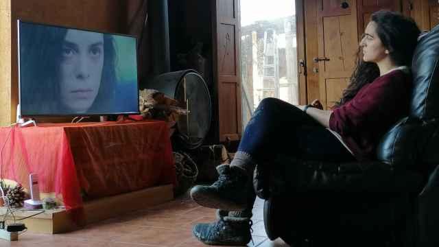 Selin Bostanci viendo un capítulo de la serie turca 'Mujer'.