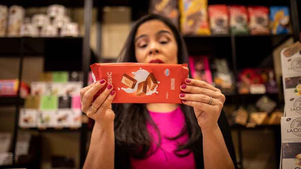 La analista Helen, antes de abrir cada tableta de chocolate, lee su información nutricional.