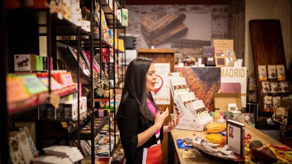 Helen López, periodista gastronómica especializada en chocolate, explicando cada uno de los atributos de las tabletas.