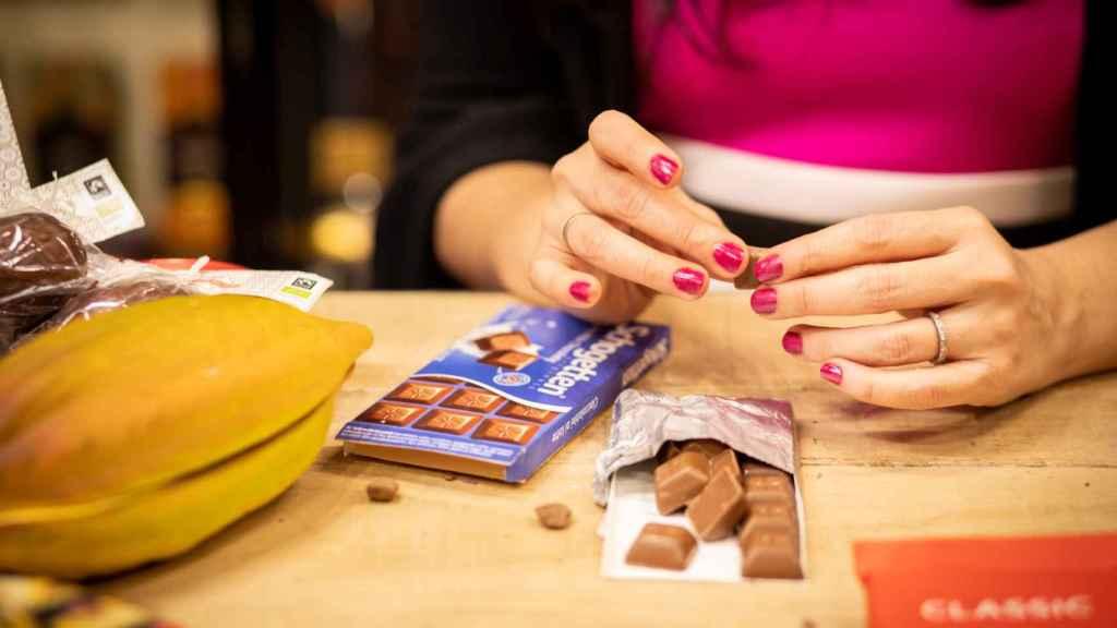 La analista Helen inspecciona el aspecto físico de cada onza de chocolate que prueba.