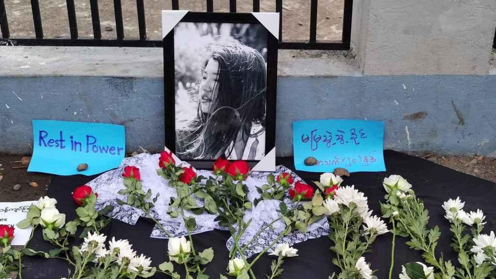 Un tributo a la primera fallecida en las protestas en Birmania, Mya Thwate Thwate Khaing.