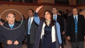 Aldrey Iglesias El Gallego (izquierda), uno de los vacunados VIP, junto a Cristina Fernández de Kirchner.